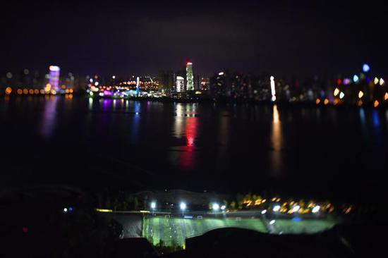 夜色中的长沙市湘江畔一处足球场。
