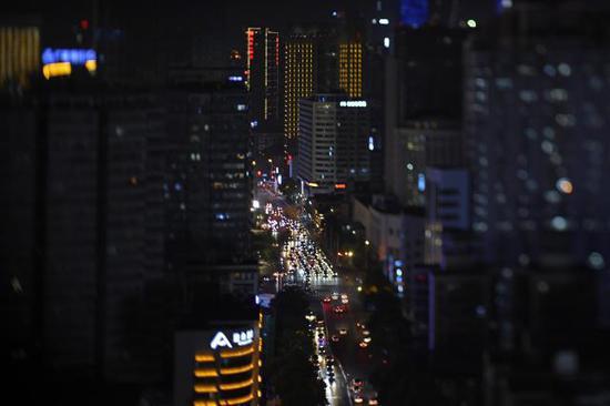夜色中的长沙市蔡锷路。