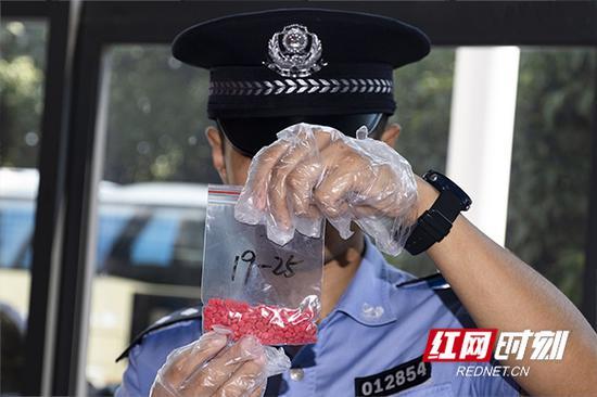 禁毒支队民警展示缴获的麻古。