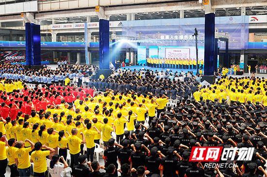 """6月26日,市禁毒委、市公安局联合举行 """"健康人生 绿色无毒"""" 长沙百万市民禁毒签名仪式。"""