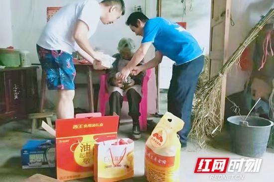 2017年元旦春节期间,省退役军人事务厅联合湖南龙越和平公益发展中心为全省健在的烈士父母赠送温暖礼包1238份。