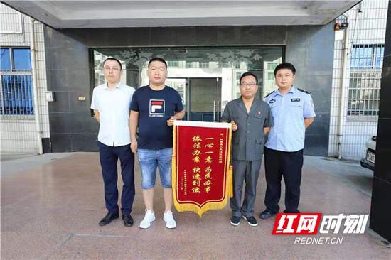 申请人唐某带着一面锦旗来到桃源县人民法院执行局,感谢执行法官曾平的闪电出击,帮他追回货款。