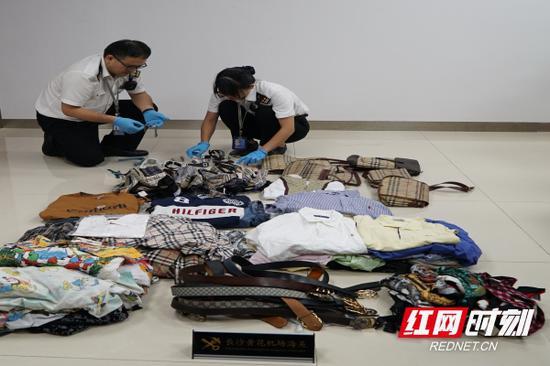 长沙海关查获旅客携带侵犯GUCCI、BURBERRY、DISNEY等品牌的商品。