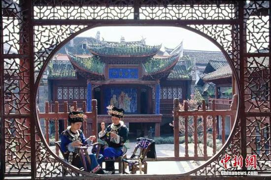 凤凰朝阳宫,苗族妇女正在刺绣。谢光辉 摄