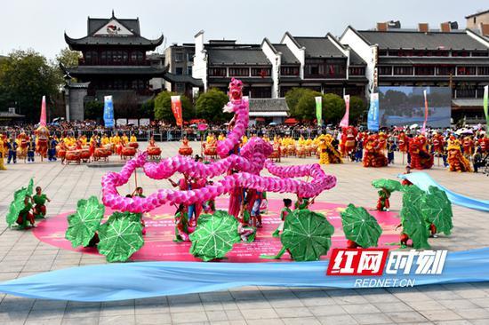 开幕式上,结合岳阳地域文化特色而编排的节目《龙出洞庭——荷花龙》,伴随着舞动的荷花龙,将现场观众带入了水乡梦境。