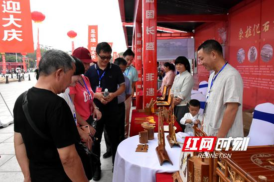 市民在益阳小郁竹艺产品前驻足观看。