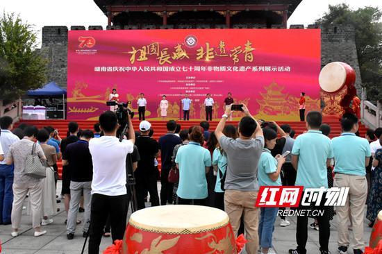 """9月5日,""""祖国长盛·非遗常青""""湖南省庆祝中华人民共和国成立七十周年非物质文化遗产系列展示活动在岳阳市巴陵广场拉开帷幕。"""