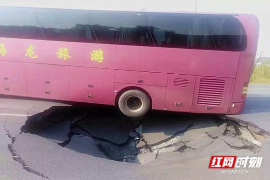 公路塌陷造成一大巴车陷入被困。