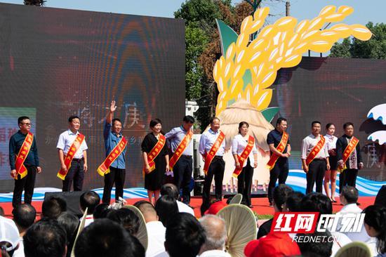 """第二届""""湖南省十佳农民""""在""""中国农民丰收节""""湖南庆祝活动现场上台领取荣誉证书。"""