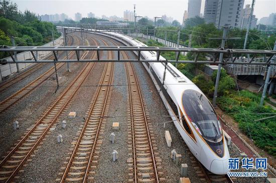 """2018年7月1日,整备好的G7次列车驶向北京南站,准备发往上海。此列G7列车是从北京开出的首趟正式运营的长编组""""复兴号""""动车组。 新华社记者邢广利摄"""