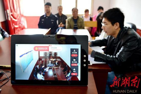 ↑5月16日,双峰县人民法院荷叶法庭公开审理一起离婚案件,邀请3名县人大代表和1名镇人大代表全程旁听,主动接受监督。(资料图片)李建新 摄