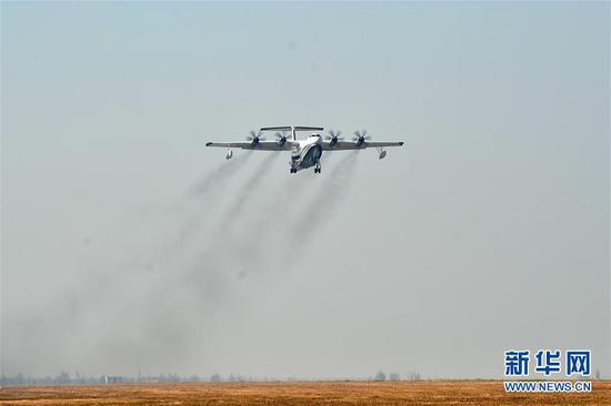 """""""鲲龙""""AG600在珠海金湾机场起飞(2017年12月24日)。 新华社记者 梁旭 摄"""