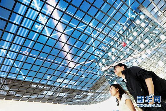 5月22日,参观者在国家大数据(贵州)综合试验区展示中心内参观。 新华社记者 欧东衢 摄