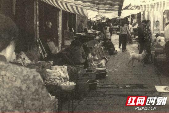 商贩聚集的渔巷子的麻石板路