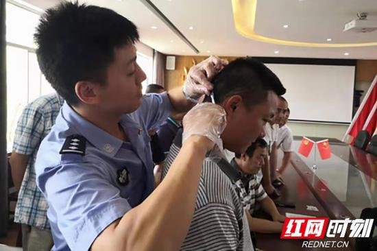 现场对校车驾驶员进行毛发检测。