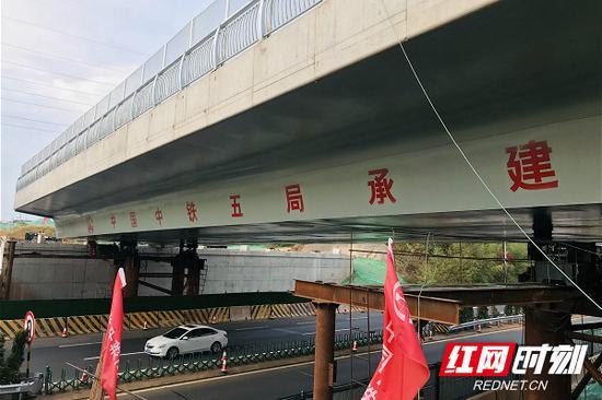 顶推滑移到位后的东十一路上跨长永高速桥。