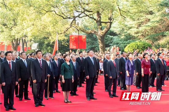 省委书记、省人大常委会主任杜家毫,省委副书记、省长许达哲等参加升旗仪式。