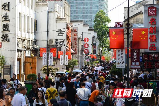 太平老街迎来国庆假期客流高峰。