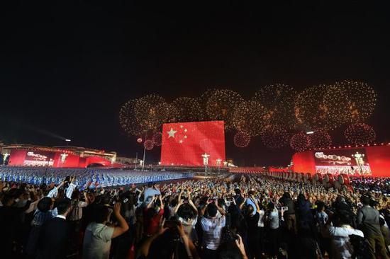 国庆晚会出现90米长60米高的巨幅国旗。(人民日报客户端 翁奇羽 摄)