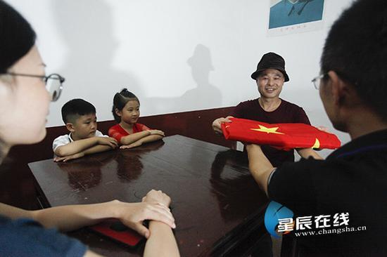 (9月30号,龚泽明召开家庭会议,将五星红旗交给儿子龚勋,希望他继承自己升旗习惯,教导孙子孙女,以后要将这个习惯一直持续下去。)
