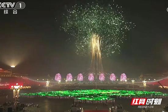 10月1日,在中华人民共和国成立70周年联欢晚会上,来自浏阳的焰火在夜幕上空绽放。