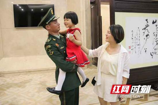 甘桂成的爱人带着孩子来迎接他。