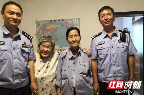 91岁的陈珮(右二)和86岁的王平(左二)在民警的帮助下终于相见。
