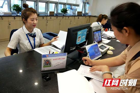 """今年6月,天心区率先全省推出办理营业执照等""""立等可取""""服务。"""