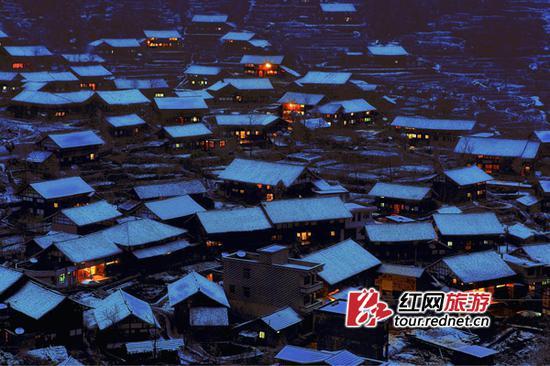 雪夜里的正龙村。景区供图