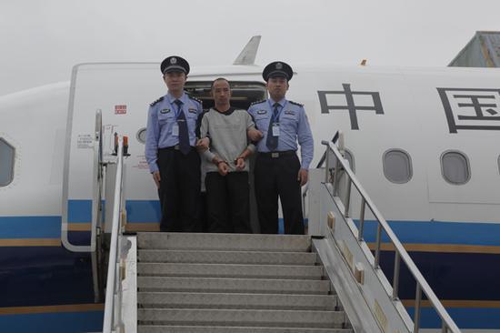 外逃职务犯罪嫌疑人戴跃兵被强制遣返回国