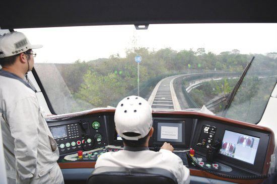 △10月18日,中车株机磁浮交通系统中心,磁浮列车行驶在内部的一段轨道上。