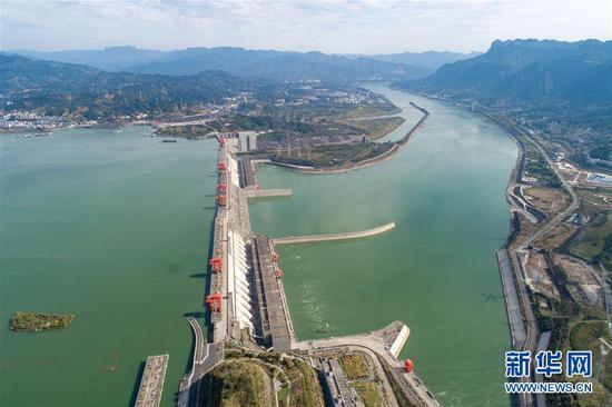 10月28日在湖北省宜昌市秭归县拍摄的三峡大坝(无人机拍摄)。新华社发(王罡 摄)
