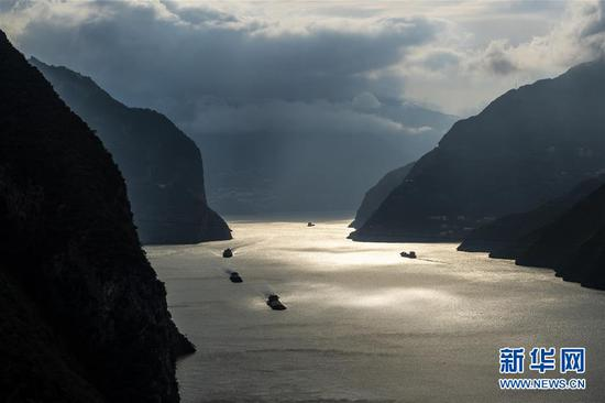 10月28日,船舶行驶在长江三峡西陵峡秭归县水域。
