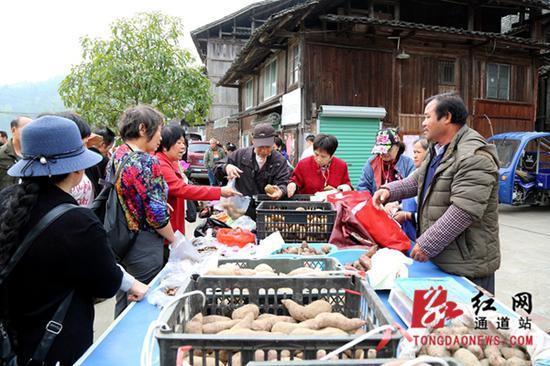 侗族原生态商品受游客青睐。