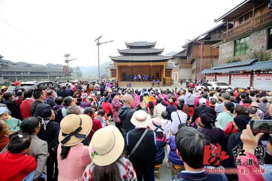 演出场挤满了游客。