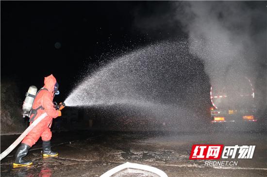 消防救援人员通过环卫洒水车供水,出喷雾水枪对作业的放空槽罐车进行稀释。