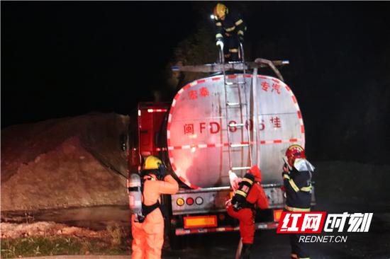 经过五个多小时的处置,20时45分,消防指战员进入罐车顶部查勘无残余液体,该泄漏应急事故处理完毕。