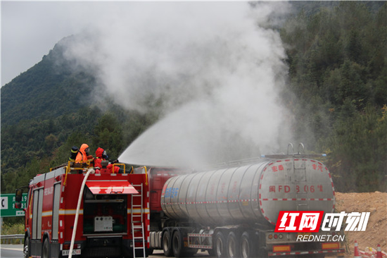 消防救援人员用喷雾水枪进行稀释处置。