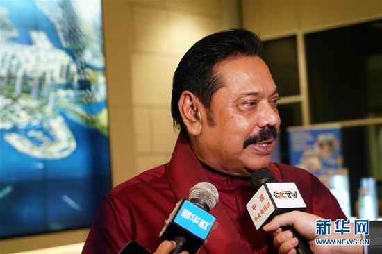 12月7日,斯里兰卡总理马欣达·拉贾帕克萨在科伦坡港口城接受专访。新华社记者 唐璐 摄
