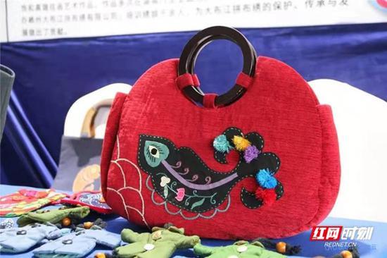大布江拼布绣手提包。