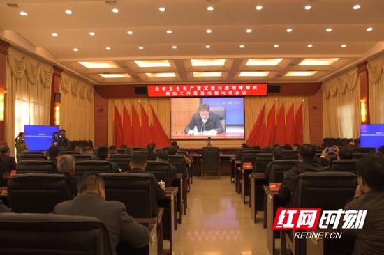 12月10日,郴州分会场收听侃全省安全生产暨交通问题顽瘴痼疾整治工作紧急电视电话会议。