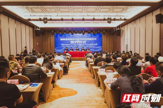 12月18日,湖南省委网信办与快手科技战略合作签约仪式暨第五期快手大V用户正能量成长计划培训班在长沙举行。
