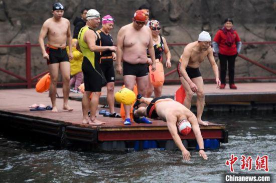 冬泳爱好者从码头跳入湖中。 杨华峰 摄