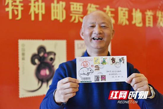 年逾七旬的衡阳市集邮爱好者罗衡,一大早就赶到衡东购买1套《庚子年》生肖特种邮票。