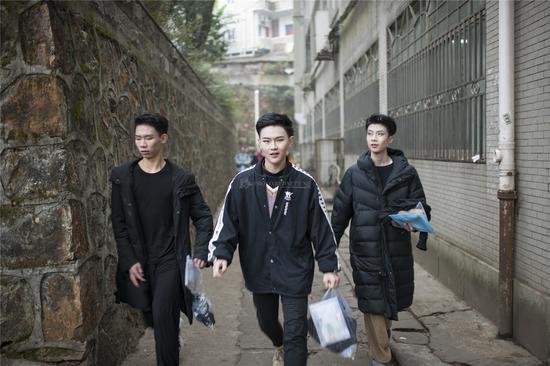 三位男生信心十足地走向考场。