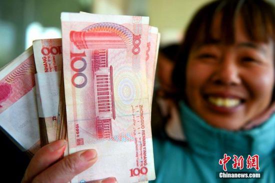 资料图:农民工拿到工资 刘勤利 摄
