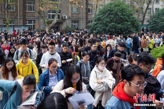 资料图:考生在南京林业大学考点进场参加国考笔试。中新社发 苏阳 摄图片来源:CNSphoto