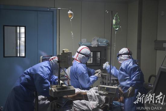 (2月3日15时50分许,娄底市中心病院,医护人员在隔离病房内对重症病人刘某举行抢救。当天下午,该院收治的一名61岁、确诊感染新型冠状病毒肺炎的重症病人刘某病情转危,医护人员立即展开救治工作。经过3个半小时的全力抢救,病人终于转危为安。)