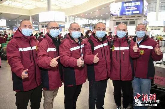 6位剃光头发的医疗队成员合影