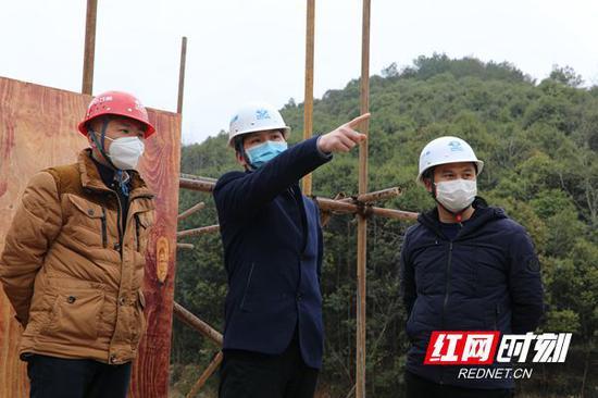 湖南百舸水利公司党委书记、董事长姜赛娇(中)视察金井项目开工复工。